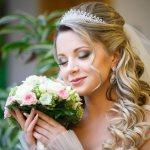 свадебные прически с диадемой и фатой 71