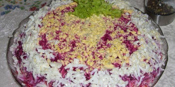 Свекольный салат на блюде перед подачей на стол