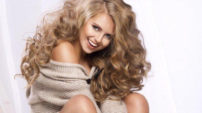 светло-коричневые брови гармонируют с русыми волосами