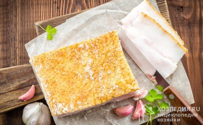 Свежее сало очень вкусное, ароматное и полезное, но такой продукт не подходит для длительного хранения. Чтобы сберечь продукцию, ее нужно предварительно засолить или закоптить