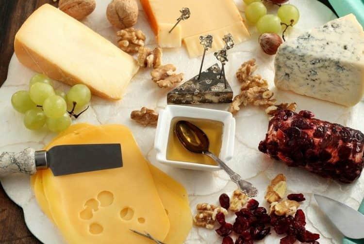 Сыр это именно то, что часто едят с шампанским.