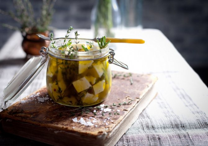 Сыр, маринованный с розмарином