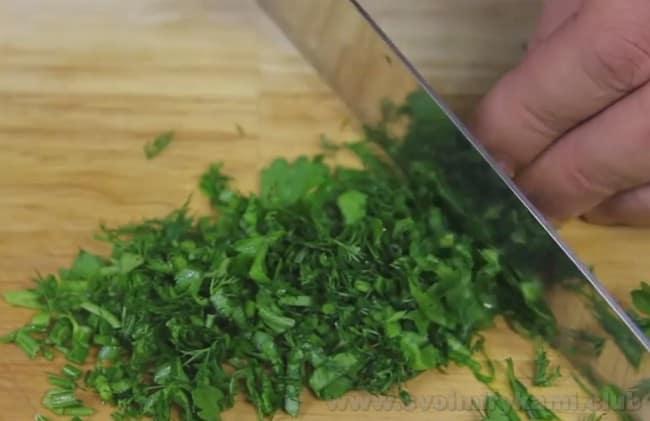 Сырный суп с креветками подаем в зеленью.