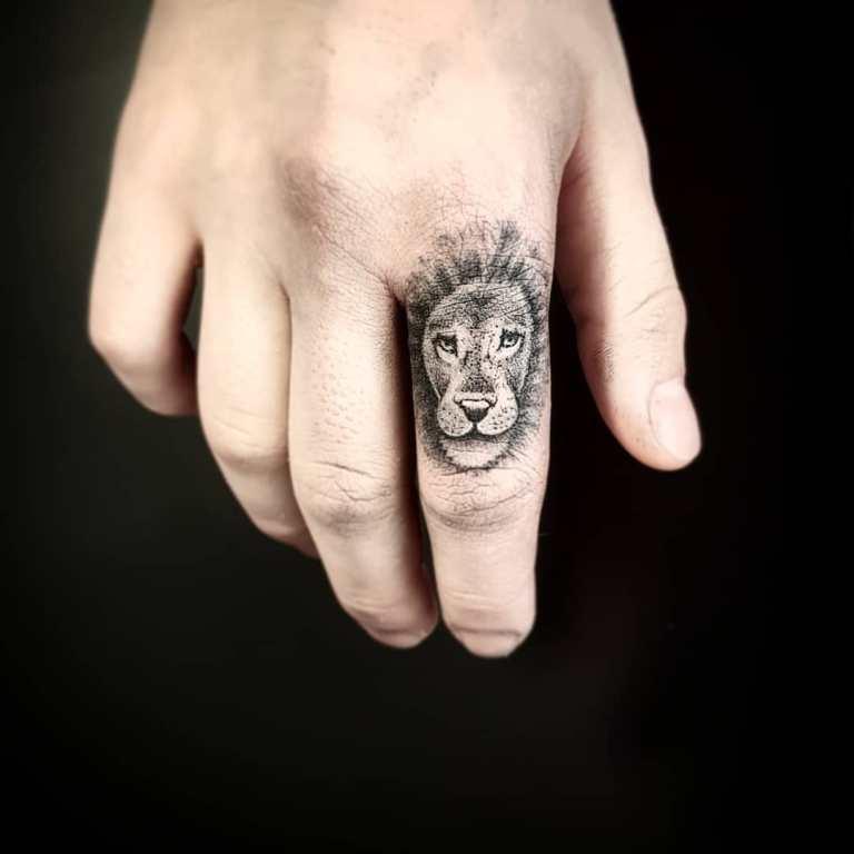 тату на пальцах рук