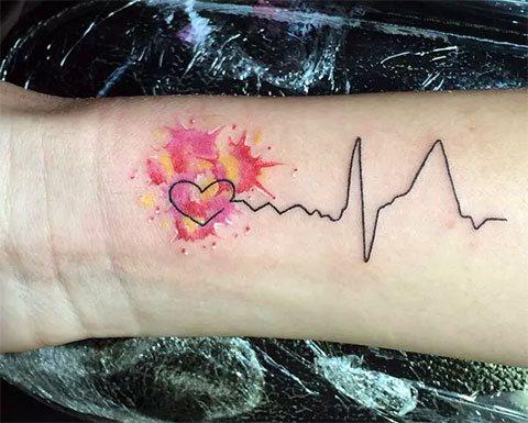 Тату на руке пульс и сердце