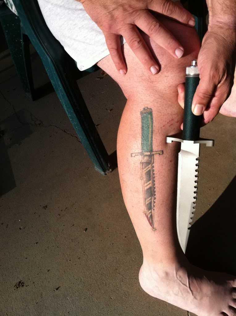 Тату ножа на ноге