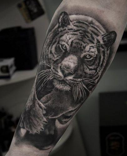 Тату с лапой тигра