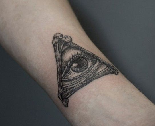 Тату с масонским глазом