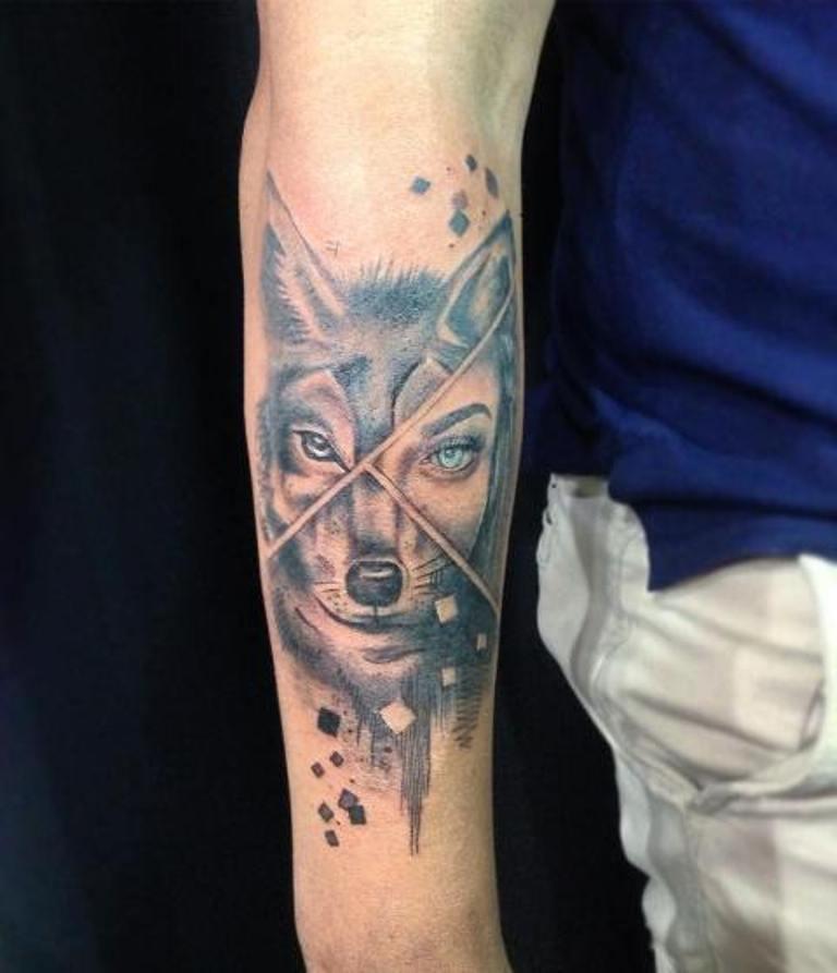 Тату волк на руке девушки