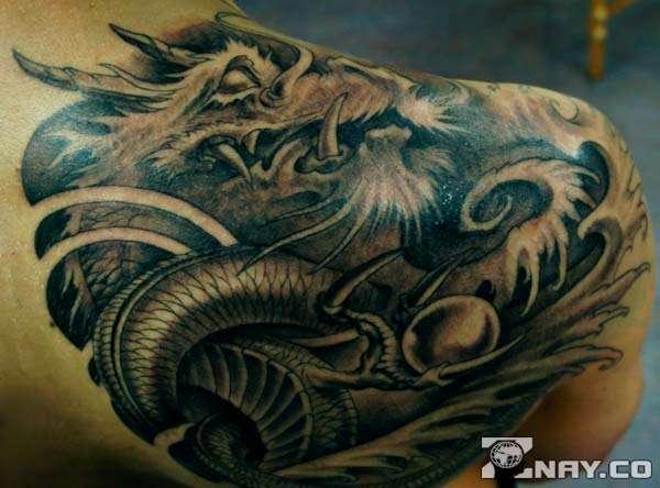 Татуировка дракона на спине парня