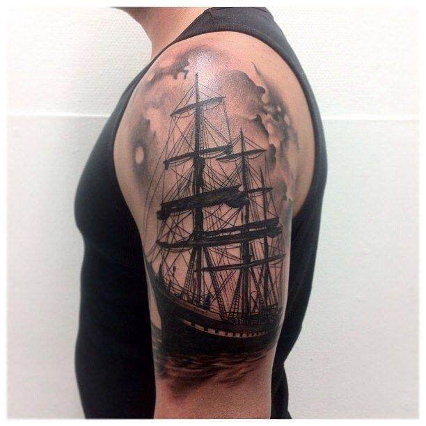 татуировка корабля на мужской руке