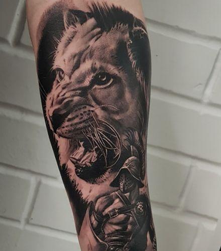 Татуировка льва и гладиатора на руке, работа Ромы Карамаза