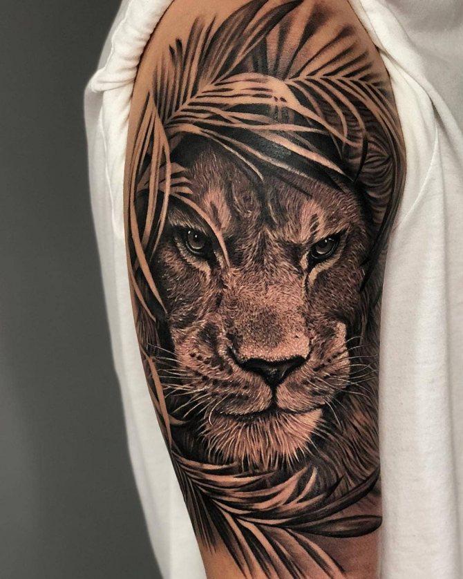 Татуировка Льва в Листьях в Стиле Реализм