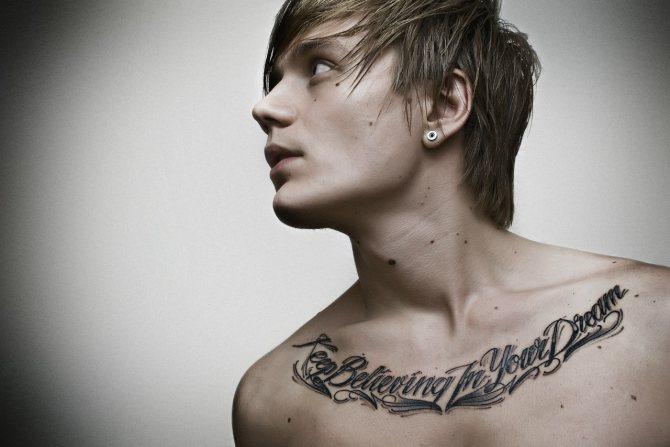 Татуировка на мужских ключицах