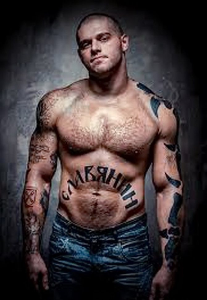 Татуировка на мужском животе