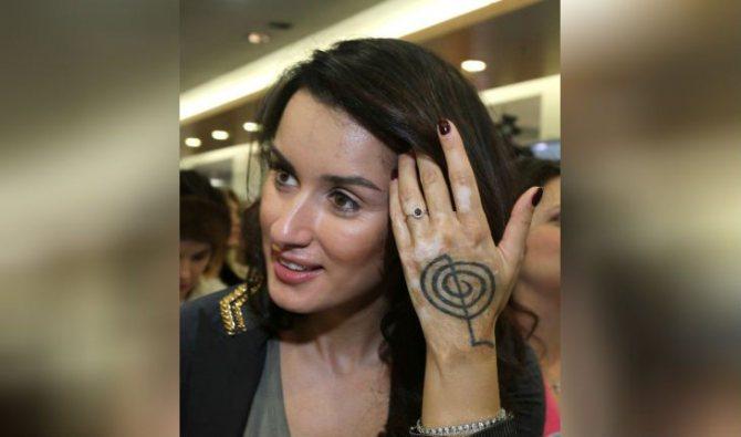Татуировка на руке Тины Канделаки имеет глубокий смысл