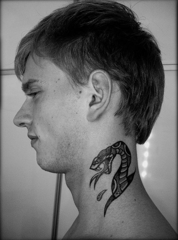 Татуировка на шее мужччины в виде змеи