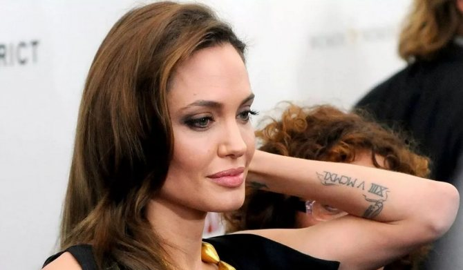 Татуировка с римскими цифрами Анджелины Джоли