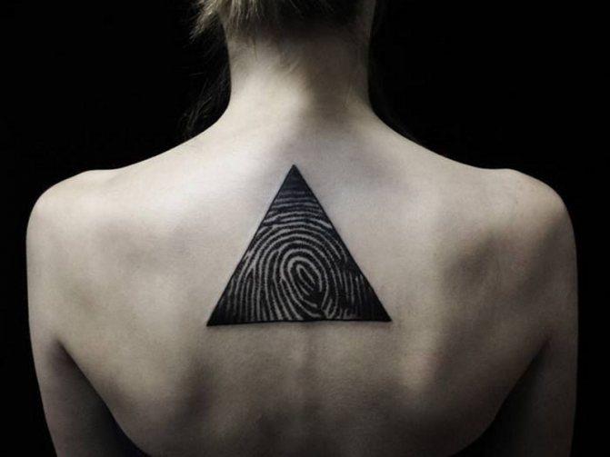 Татуировка треугольник на спине