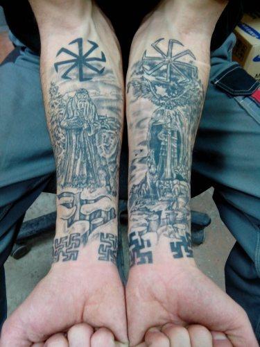 Татуировка в славянском стиле с изображениями свастик и других рунических символов