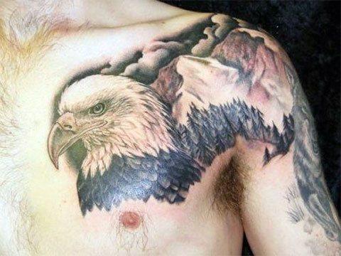 Татуировка в виде орла на вершине горы