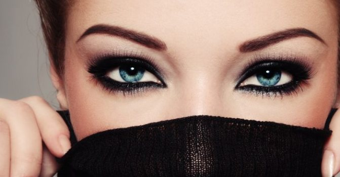 темно-коричневые брови девушки после осветления