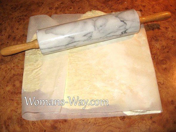 Тесто удобно раскатывать в бумаге для выпекания хорошо просыпав мукой, что бы не прилипало к скалке