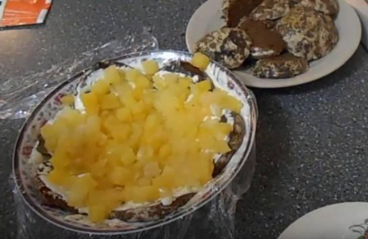 торт из шоколадных пряников с ананасами и сметаной