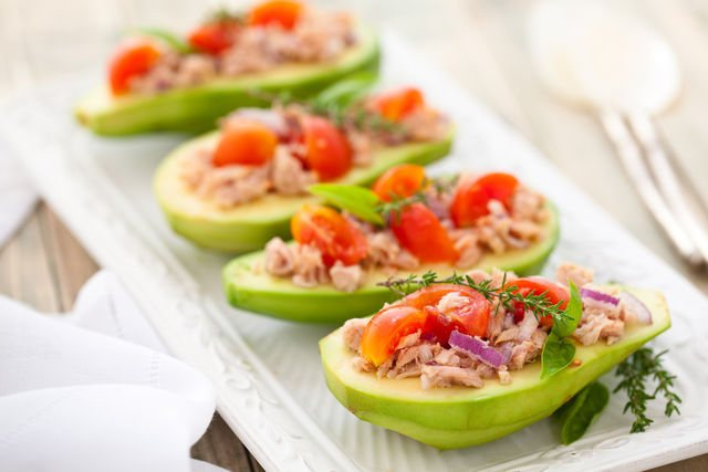 Тунец сочетается со многими продуктами, поэтому из него делают салаты, бутерброды, начинку для закусок