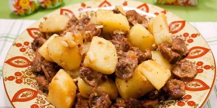 Тушеная картошка с куриными желудками