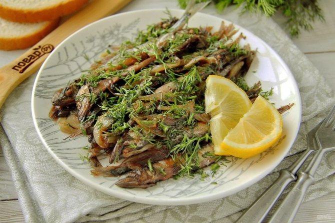 Тушеная мелкая рыба с луком