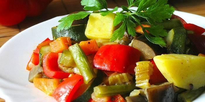 Тушеные овощи на тарелке
