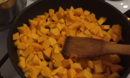 Тушим тыкву в сковороде