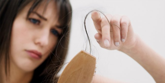 У девушки сильное выпадение волос