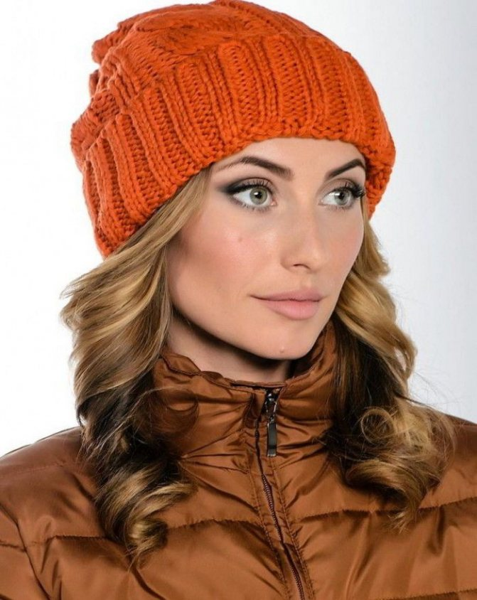 Удачное сочетание оранжевой шапки и пуховика