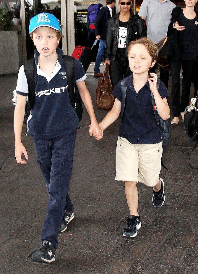 Угадайте, где на этом фото сестричка Шайло, а где - ее младший брат Нокс? Подсказка - Шайло в голубой кепке. Фото: EAST NEWS