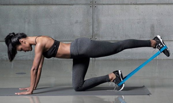 Упражнения с резинкой для ног и ягодиц женщине, сидя на стуле, стоя, лежа и другие