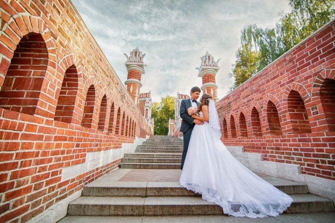 Усадьбы Москвы прекрасно подходят для проведения выездной свадьбы в окружении живописной природы.