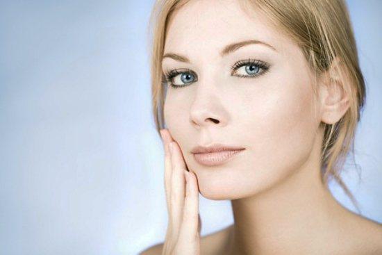 Увлажняйте кожу перед нанесением домашней пудры