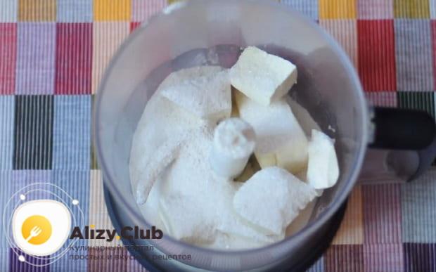 в чашу блендера выкладываем тофу и засыпаем сахар