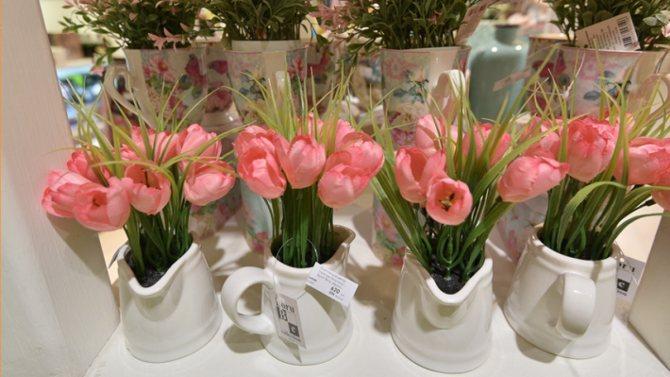 В этот день мужчины по традиции дарят женщинам цветы, конфеты и другие презенты