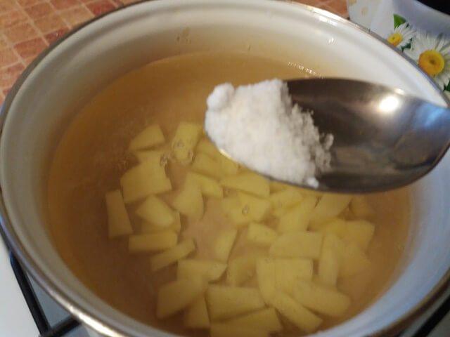 В кастрюлю наливаем воду, кладем туда картофель