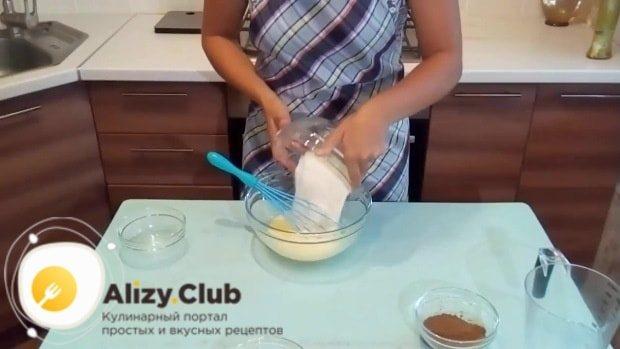 В миску к перемешанным ингредиентам всыпаем 120-130 г муки
