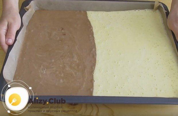 В оставшееся тесто добавляем какао, перемешиваем и выливаем на свободное место на противне.