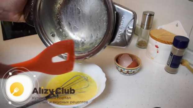 в отдельной посуде доводим до кипения 200-220 мл воды