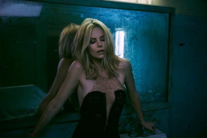 В откровенном черном платье в грязном туалете