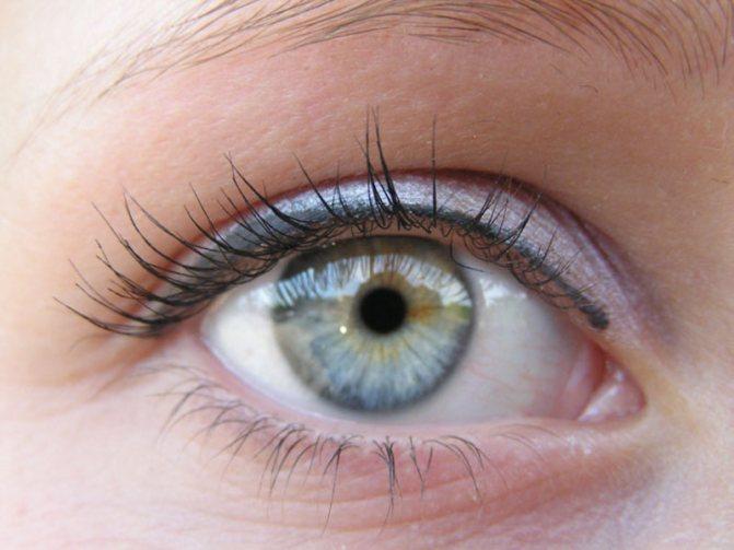 В период курса лечения ресниц ограничьте глаза в косметике