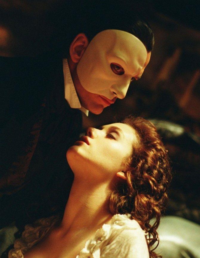 В «Призраке оперы» актер продемонстрировал еще и свои прекрасные вокальные данные