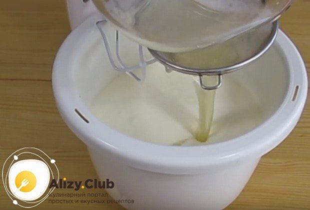 В сметанную массу процеживаем желатин с ананасовым маринадом.