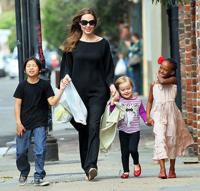 В то время как Брэд пытается привить детям дисциплину, Анджелина не хочет ограничивать их ни в чем. Фото: EAST NEWS